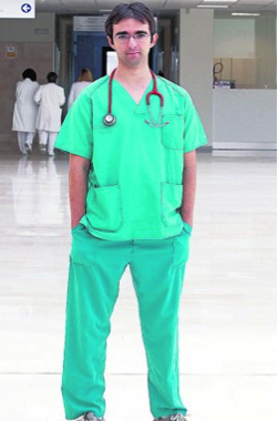 Young man manages to graduate from Medicine School after having health complications.